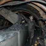 Un minero carga los vagones de carbon en la mina La Escondida