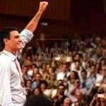 Pedro Sanchez,saluda durante el cierre del Congreso extraordinario del PSOE
