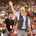 Pedro Zerolo, saluda durante el cierre del Congreso extraordinario del PSOE