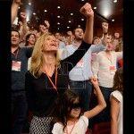 Seguidoras de lujo esposa Begoña Gomez y una de sus hija, de Pedro Sanchez, durante el cierre del Congreso extraordinario del PSOE