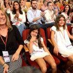 Begoña Gomez, esposa de Pedro Sanchez, con sus hijas Carlota y Ainohoa, de Pedro Sanchez, durante el cierre del Congreso extraordinario del PSOE