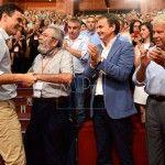 Pedro Sanchez, Secretario General del PSOE, saluda a Candido Mendez, Secretario General de UGT, Jose Luis Rodriguez Zapatero,y Felipe Gonzalez, durante el cierre del Congreso extraordinario del PSOE