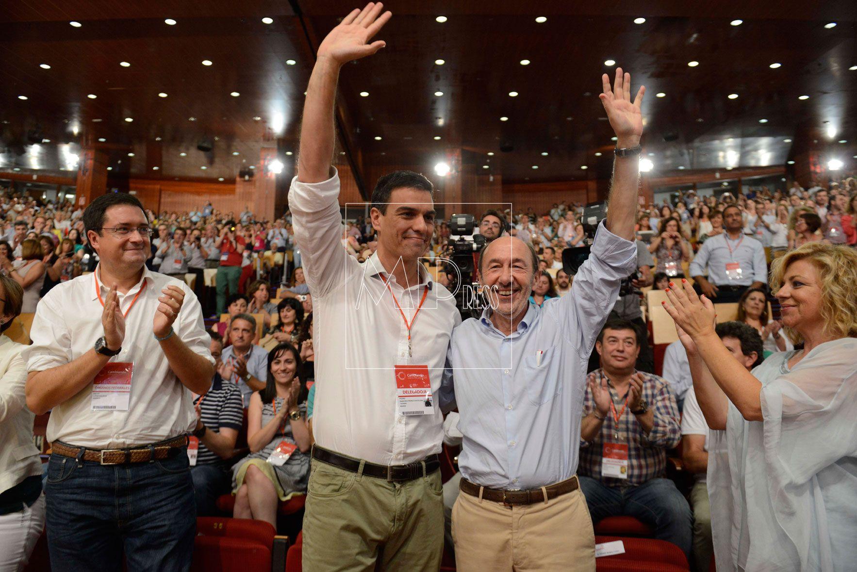 El Candidato del PSOE, Pedro Sanchez y Alfredo Perez Rubalcaba, saluda durante el Congreso extraordinario del PSOE