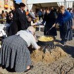 Atizando el fuego durante la Fiesta de la Cebolleta