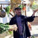 Un hortelano ofrece sus productos durante la primeras jornadas de la Cebolleta