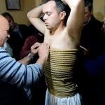 Daniel Incera es cubierto con cuerda de esparto