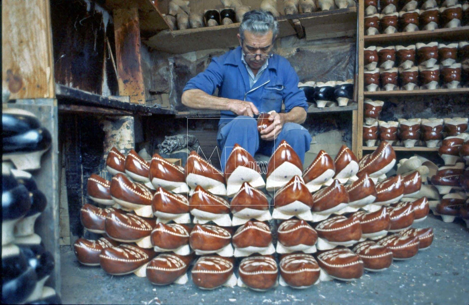 Artesano Madreñero fabricando madreñas.